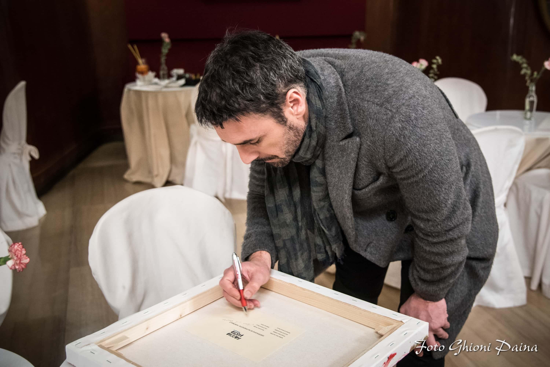 Raoul Bova firma le opere di FACCIAVISTA